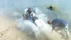 スノーモービルが水面を走って逃げ出しちゃう面白動画