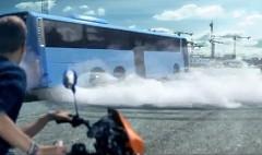 オーバーリアクションすぎるバス会社の面白CM動画