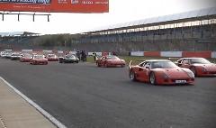 964台のフェラーリがシルバーストーンサーキットに大集結しちゃった動画