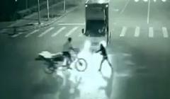 衝撃!テレポートしてきた謎のエスパーが事故を防いでくれちゃう動画