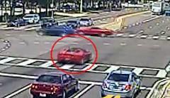 あぶねっ!フェラーリ F430 スパイダーが赤信号の交差点に突っ込む動画