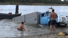 犬と楽しく遊んでたらトラックが沈んじゃった動画