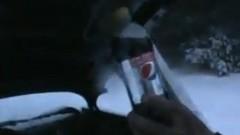 エンジンオイルの代わりにコーラを入れたらどうなるか試してみた動画