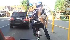 プロペラ付きエンジンを背負って自転車に乗ってみた動画