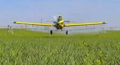スゲー!超低空飛行の農薬空中散布がカッコよすぎる動画