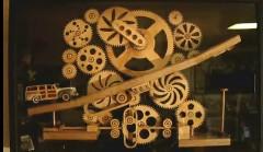 多数の歯車によっておもちゃのクルマを動かし続ける木製キネティックアートの動画