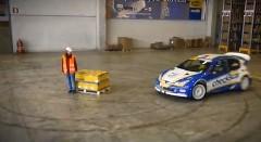 プジョー 206 のラリーカーが倉庫内を超絶ドリフトしちゃう動画
