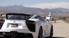 速いのはどっちだ?レクサス LFA vs ビジネスジェット 異種レース動画