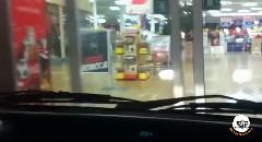 フヒヒヒwww クルマでスーパーの店内に突入してみた動画