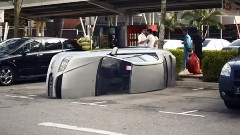 愛車が真っ二つになった驚きの理由とは?自動車保険の面白CM動画