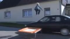 少年がトランポリンでクルマを飛びえたらクラッシュしちゃった動画