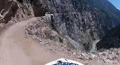 絶景だけど怖い!ヒマラヤの細い崖道をバイクで走ってみた動画