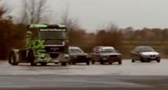 乗用車に混ざってトレーラーヘッドがドリフトしてる動画