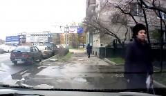 通りすがりのBBAが迷惑駐車のボディを引っ掻く瞬間の動画