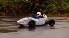 ミニレーシングカーでドーナツターンをやったら想像以上に回っちゃう動画