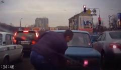 マジデスカ!白昼堂々信号待ちの車からナンバープレートを盗むおそロシア動画