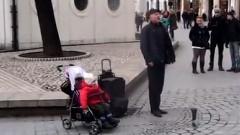 ベビーカーに乗った赤ちゃんの歌声がかわいすぎる動画
