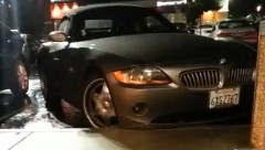 オーマイガッ!運転が下手すぎるBMW Z4の女ドライバーの動画