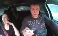 スマホを操作しながら雪道を運転するドライバーのドラレコ事故動画