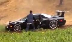 高速道路を走行中のホンダ NSX が突然オフロードを走り出しちゃう動画