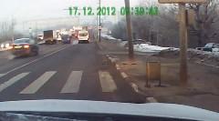 この手があったか!交通量の多い道路で無理やりUターンする方法がわかる動画