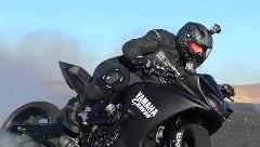 ヤマハ R1 のかっこいいバイクドリフト動画
