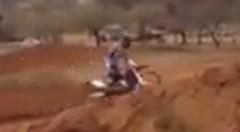 すごい体勢でジャンプしちゃうモトクロスバイク動画