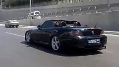 ホンダ S2000 が高速道路で無茶しちゃう動画