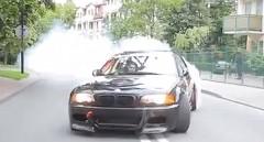 真昼間の住宅街で BMW M3 がドリフトしまくっちゃう動画