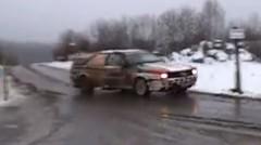 アウディ クワトロのラリーカーが電柱を破壊しちゃう動画
