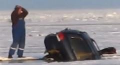 これは悲しすぎる・・・愛車がオーナーの目の前で氷の湖に飲み込まれていく動画
