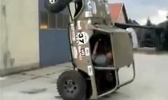 クルマの進化を見た!www 4輪駆動車が大地に立って歩いちゃう動画