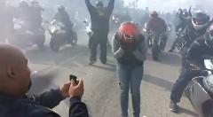 バイカー達による高速道路上のプロポーズ大作戦