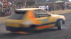 目が回る~!FF車で超絶スピンをしちゃう動画