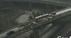 19台の車が次々とクラッシュする瞬間を捉えた動画