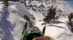 こえー!スノーモービルで雪山を落ちるようにジャンプしちゃう動画