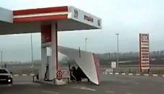 ガソリンスタンドで空飛ぶトライクが給油してた
