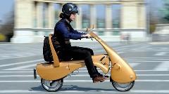 これで移動も楽チン?ハンガリーの折り畳み電動スクーター ムーブ