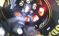 ピットインするNASCARマシンのブレーキが超熱そうな動画