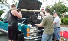 アポートの駐車場でもV8エンジンを降ろす方法がわかる動画