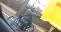 この手があったか!車椅子で高速移動する方法がわかる動画
