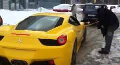 フェラーリ 458 がロシアの国民車ラーダに救出されてる動画