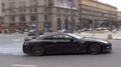 720馬力の日産 GT-R が交差点をドリフトで走り抜けちゃう動画