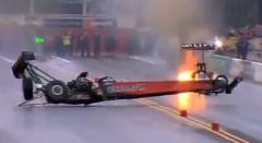 超ラッキー!タイヤが外れたドラッグスターが360度スピンで無事生還する奇跡のリカバリー動画