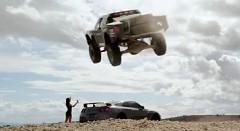 すげー!ピックアップトラックが日産 GT-R をジャンプで飛び越えちゃう動画