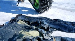 あっぶね!スパイクタイヤに巻き込まれたけどドラジンジーンズのおかげで助かったYO!