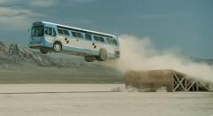 空調機器のCMなのになぜかバスをジャンプさせちゃう動画