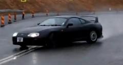 トヨタ スープラが峠をロングドリフトしちゃう動画