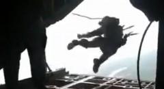 あわわわわ!飛行機の中でパラシュートが開いて飛んでっちゃう動画