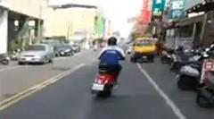 お尻ふりふり ドリフトしながら公道を走るスクーター
